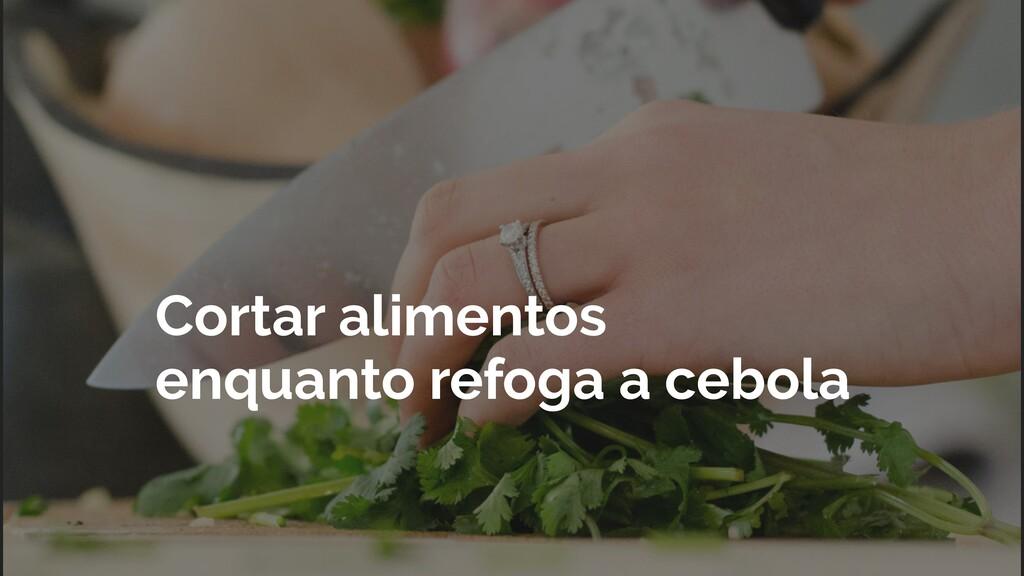 Cortar alimentos enquanto refoga a cebola